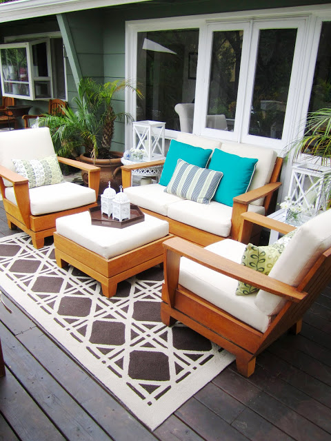 Outdoor living room with cane pattern rug and pops of color