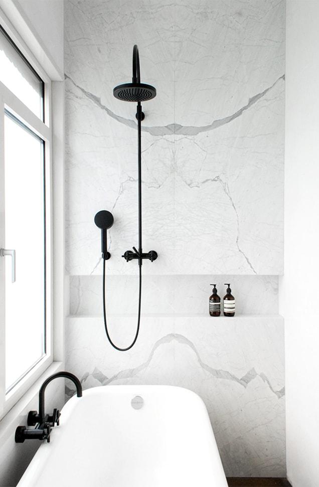 Baño en mármol y negro