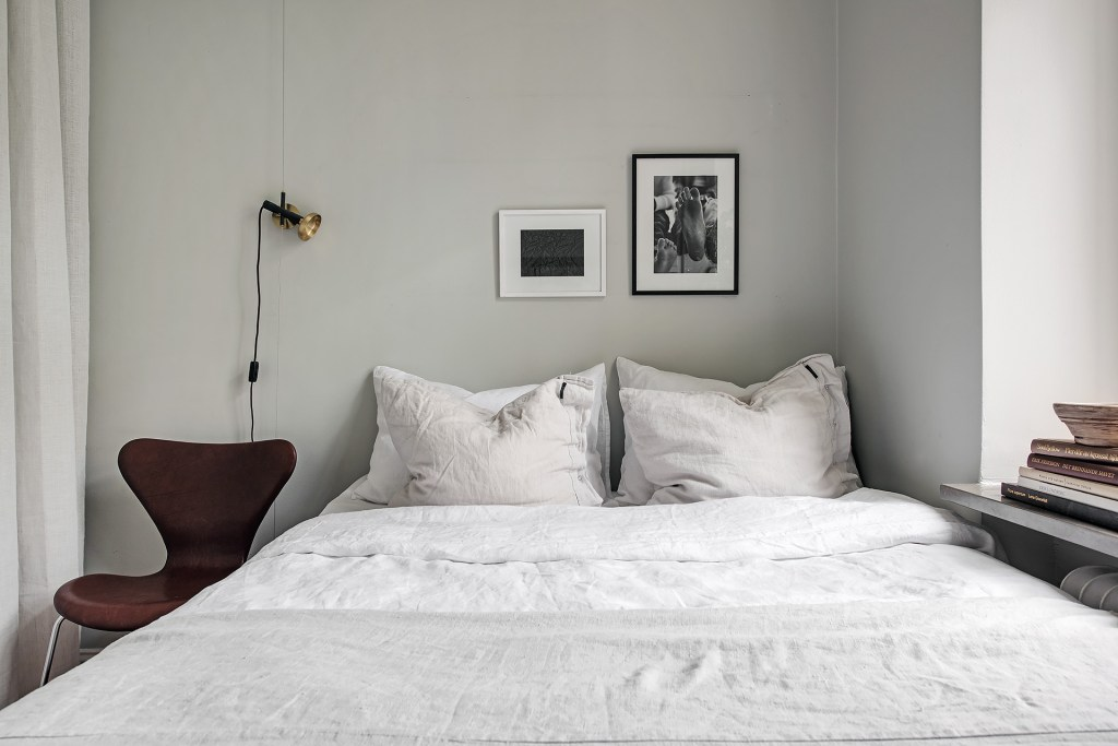 Beautiful and cozy home in grey - via Coco Lapine Design blog