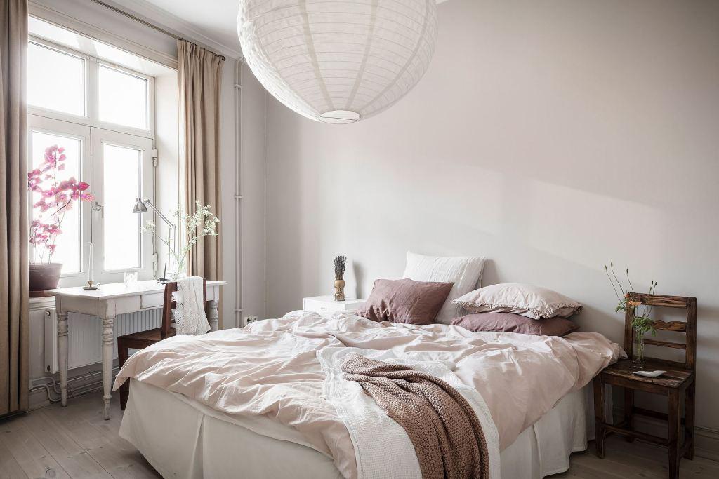 Bedroom with pink details