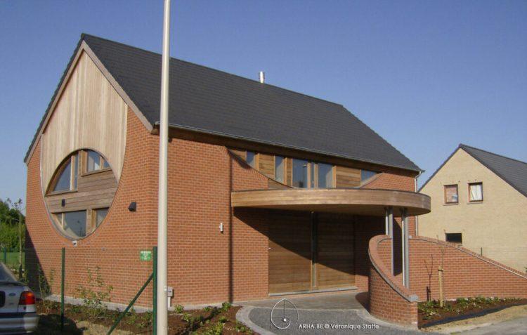 Vue Nord Est d'une maison éco-bio-climatique très basse énergie conçue par Véronique Staffe