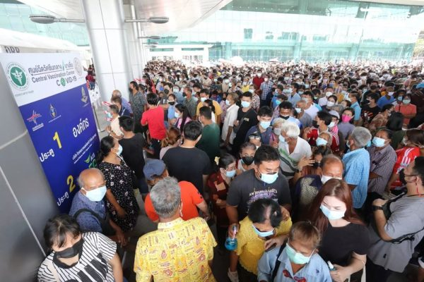 An alarming scene at Bangkok's Bang Sue Grand Station of crowds cramming inside for vaccination. Photo: Thairath