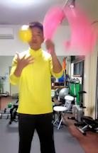右+左の動き-タオルとお手玉を習う