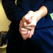 両手の指や手を擦り合わせる