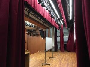 講演する舞台の様子