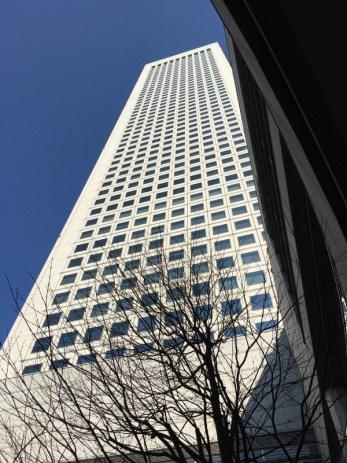 東京オペラシティのタワーの外観写真