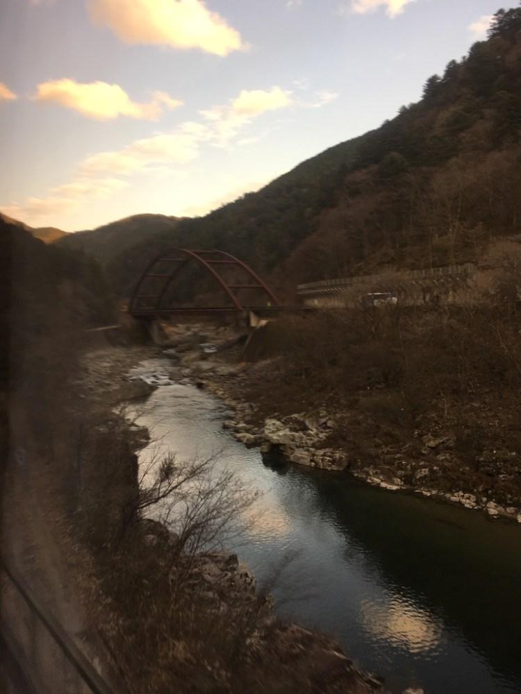 飛騨川の景色を車窓から