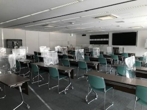 行政職員研修会場の飛沫防止パネルの写真