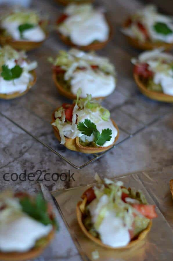 Mini taco salad canapes are perfect for the game day or kitty parties or kids after-school snack or as an appetizer. Filled with yummy avocado topped with chopped onion, tomato, sour cream, and lettuce, this snack is perfect to enjoy anytime.