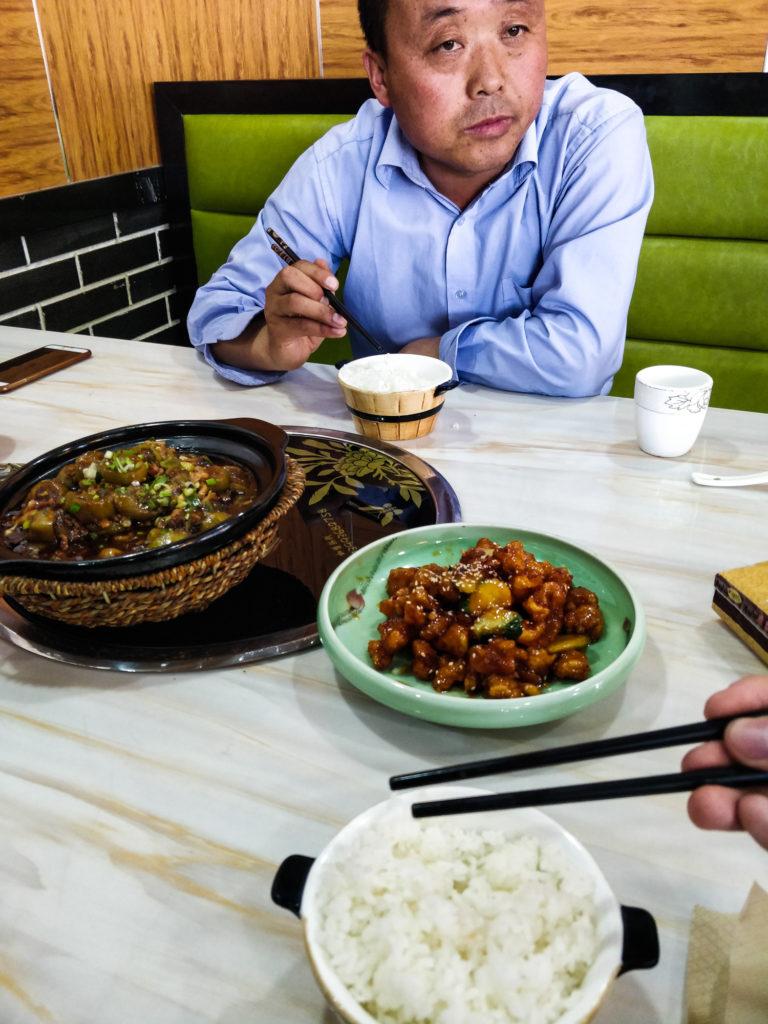 Nasz kierowca w Zhangye i obiad