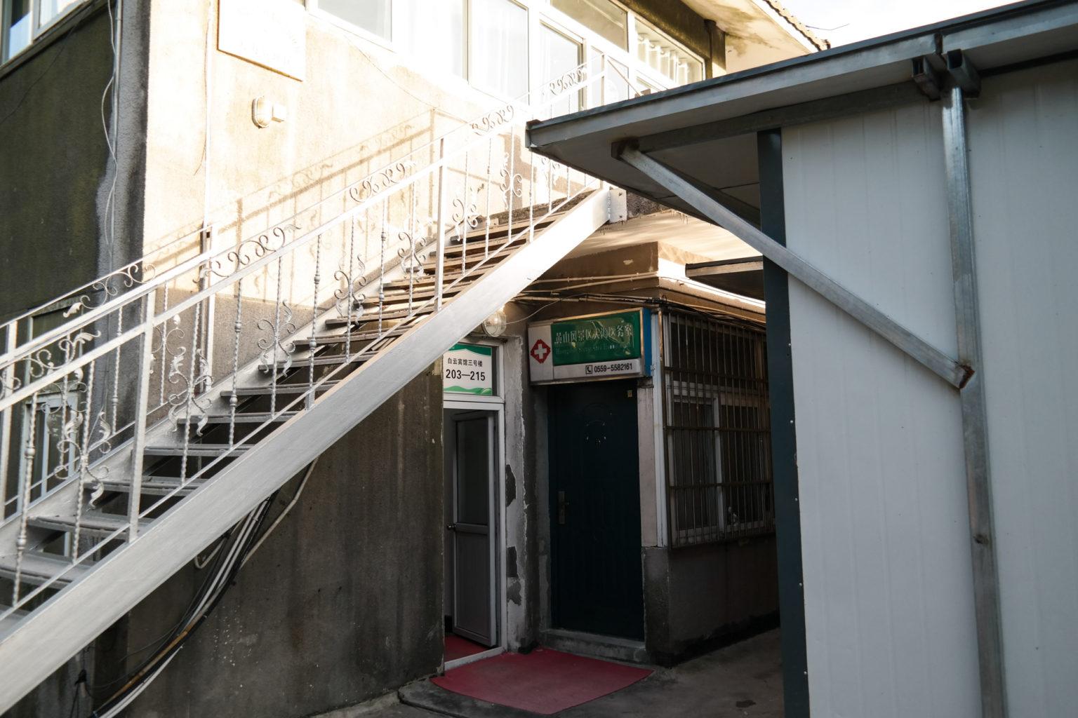 Pokoje wieloosobowe znajdują się w innycm budynku Baiyun Hotel
