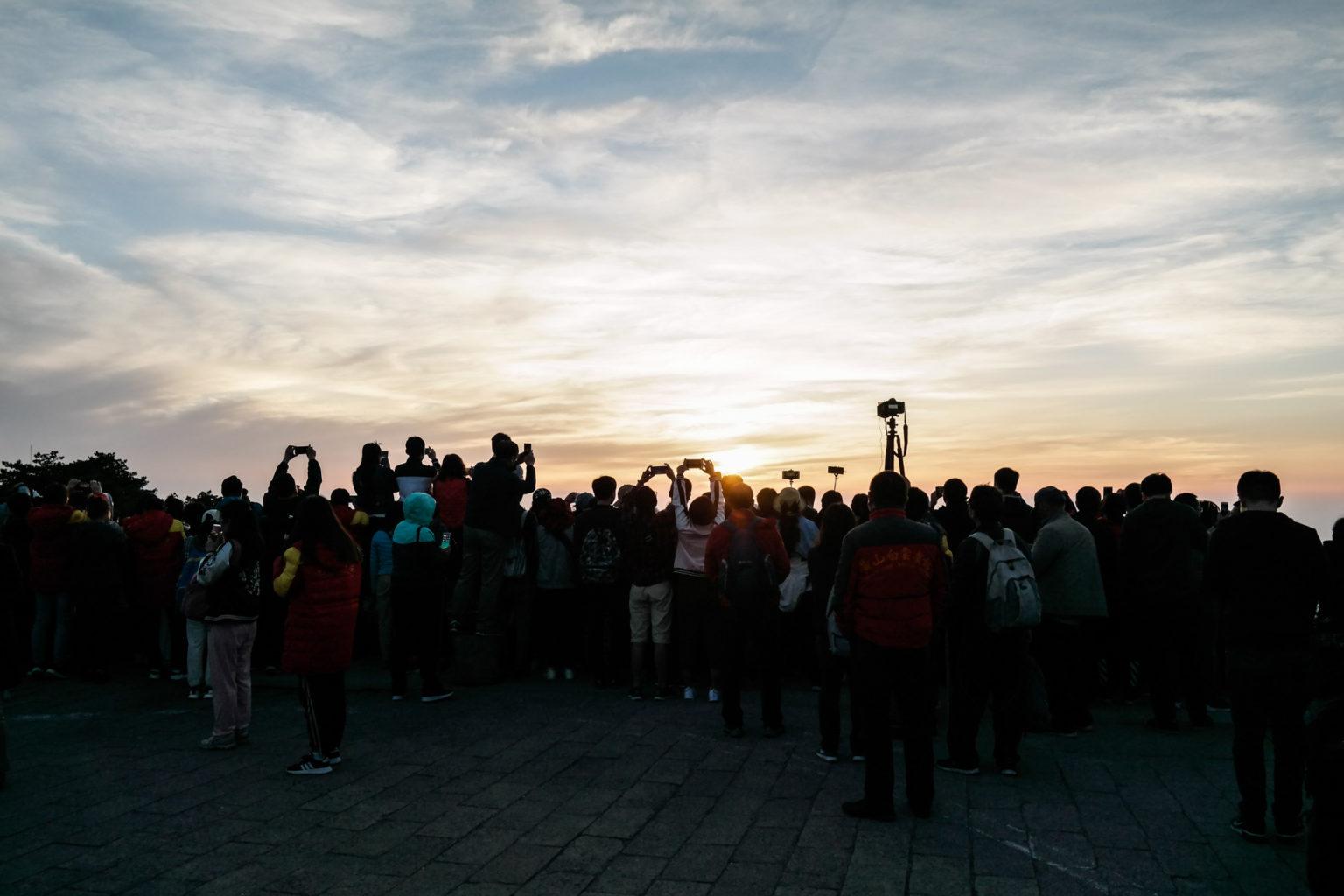Tłumy na zachodzie słońca
