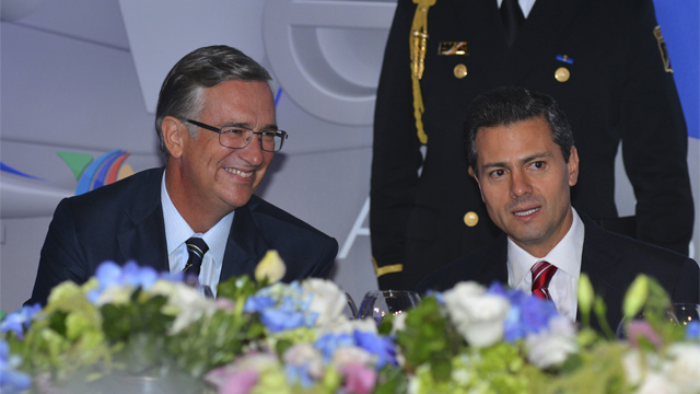 Salinas Pliego al lado de Peña Nieto