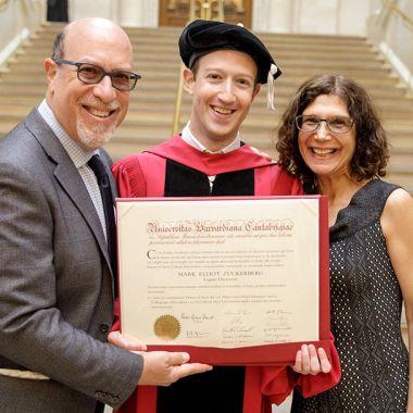 Mark Zuckerberg no decepcionó a sus padres y ya tiene su título de Harvard