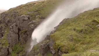El huracán Ofelia invirtió el flujo de una cascada en Reino Unido