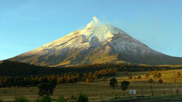 Volcán Popocatépetl, visto desde el Paso de Cortéz.