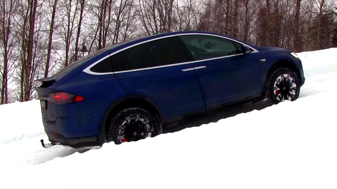 Tesla Model X le gana a Hummer H2 subiendo una pendiente nevada