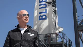 Jeff Bezos al lado de un cohete de Blue origin
