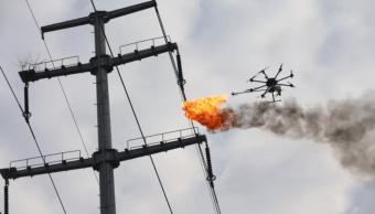 Drone lanzallamas vuela por los aires