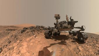 El rover Curiosity paseando por suelo marciano.