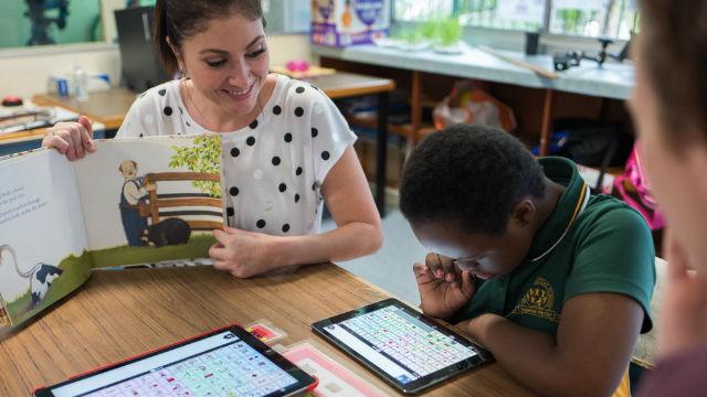 Una educadora utiliza una app educativa para dar sus clases.