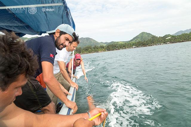 A bordo de una embarcación, se realizan transectos paralelos en profundidades que van de los dos a los 15 metros. (Foto: Alberto Soto SAS-INAH)