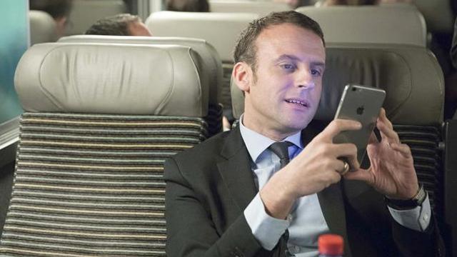 El presidente Macron con su smartphone