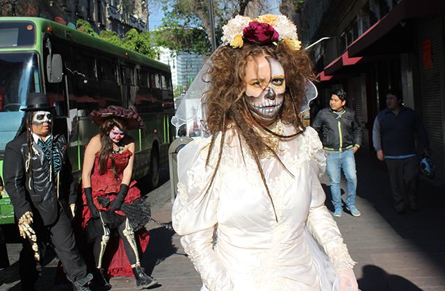 Mujer vestida como La Llorona en las calles del Centro Histórico de la CDMX.