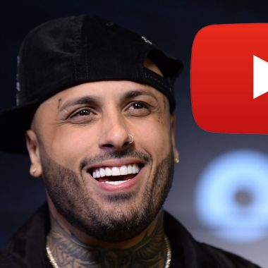 El reaggetonero Nicky Jam con logo de YouTube