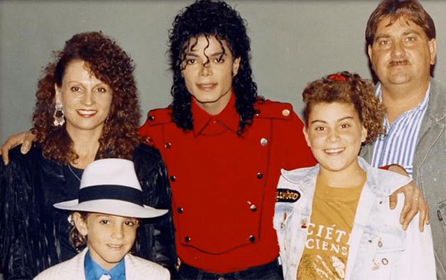 Michael Jackson con una familia de fans