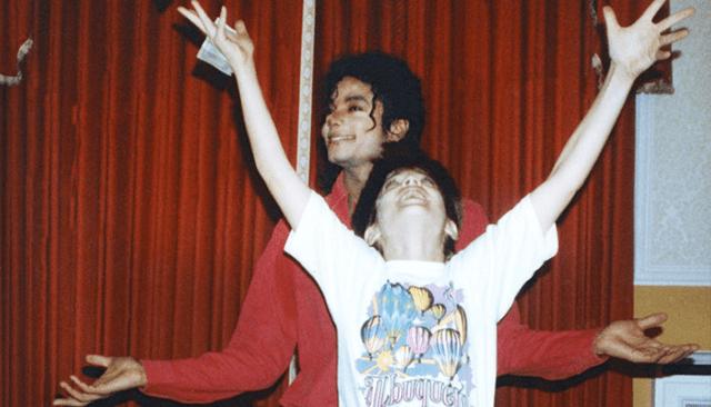 Michael Jackson con un niño que lo admira