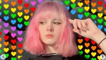 Mujer joven con cabello rosa volteando a la izquierda