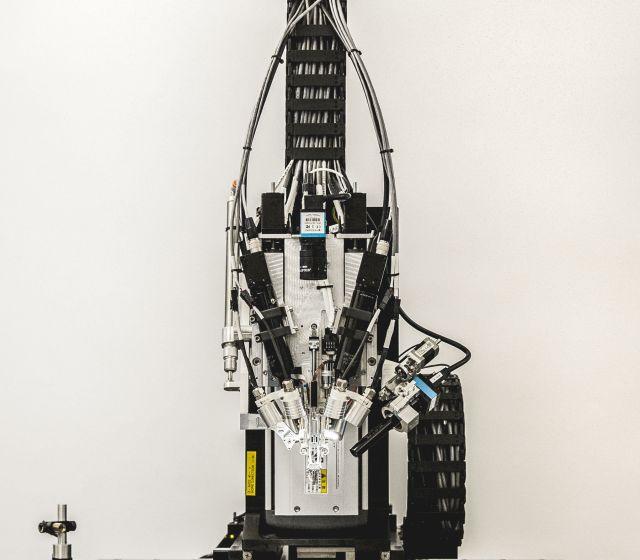 Artefacto con brazos que implanta filamentos en el cerebro