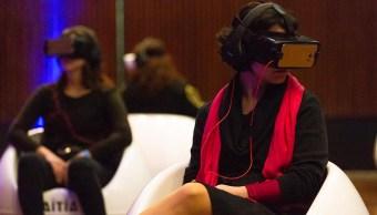 Un grupo de señoras de polanco con lentes de realidad virtual