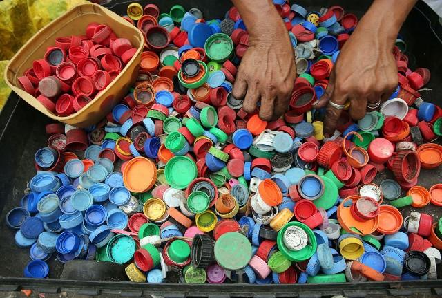 Tapas de botellas de plástico de colores