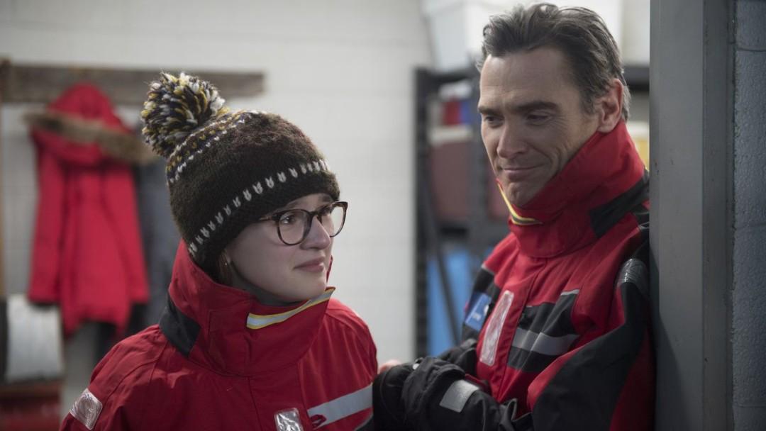 Hombre y niña con chamarras rojas