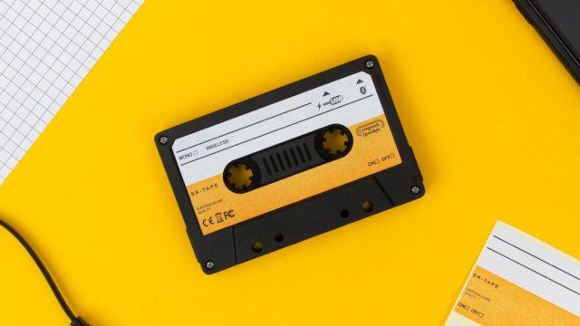 Cassette negro sobre una mesa amarilla