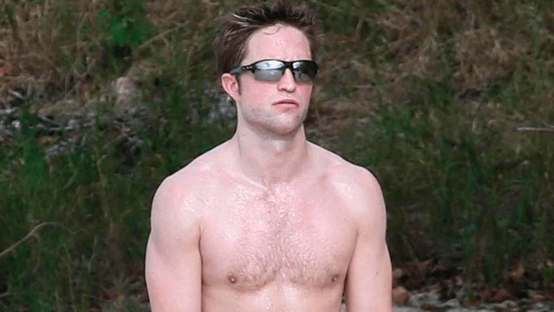 Robert Pattinson sin camisa