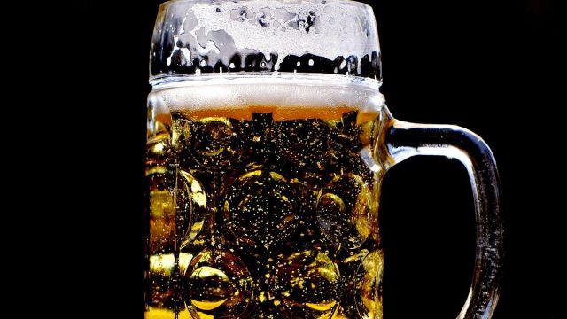 Mujer Orina Cerveza
