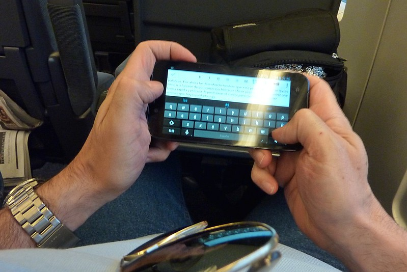 Un hombre escribe en su teléfono