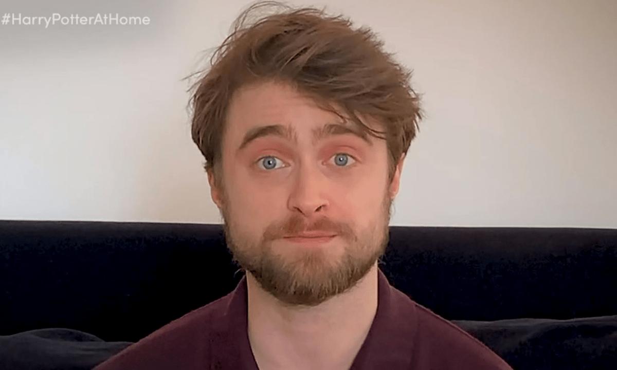 Daniel Radcliffe Leyendo Harry Poter