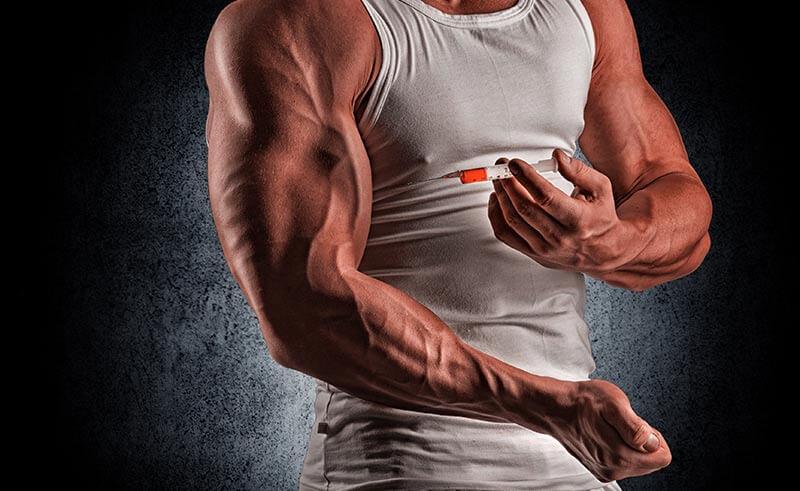 hombre musculoso inyectándose esteroides