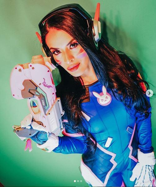 Zelina Vega, diva de WWE, hace cosplay de D.Va de Overwatch