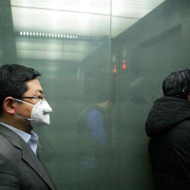 Persona con cubrebocas en un ascensor