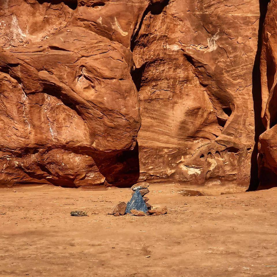 Desaparece el extraño monolito del desierto y dejan mensaje en su lugar