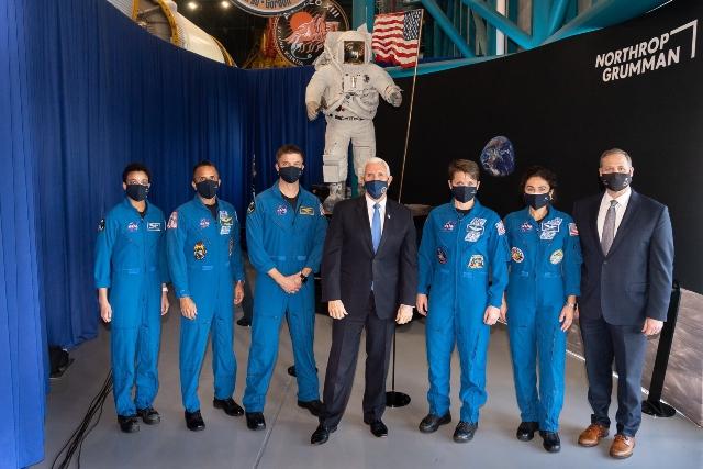 NASA presenta astronautas que enviará a la Luna