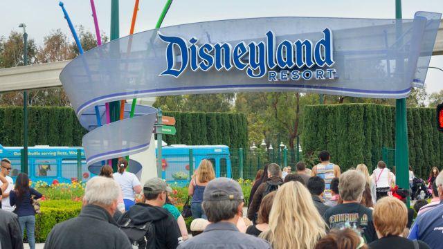 Estacionamiento de Disneyland ahora es centro de vacunación