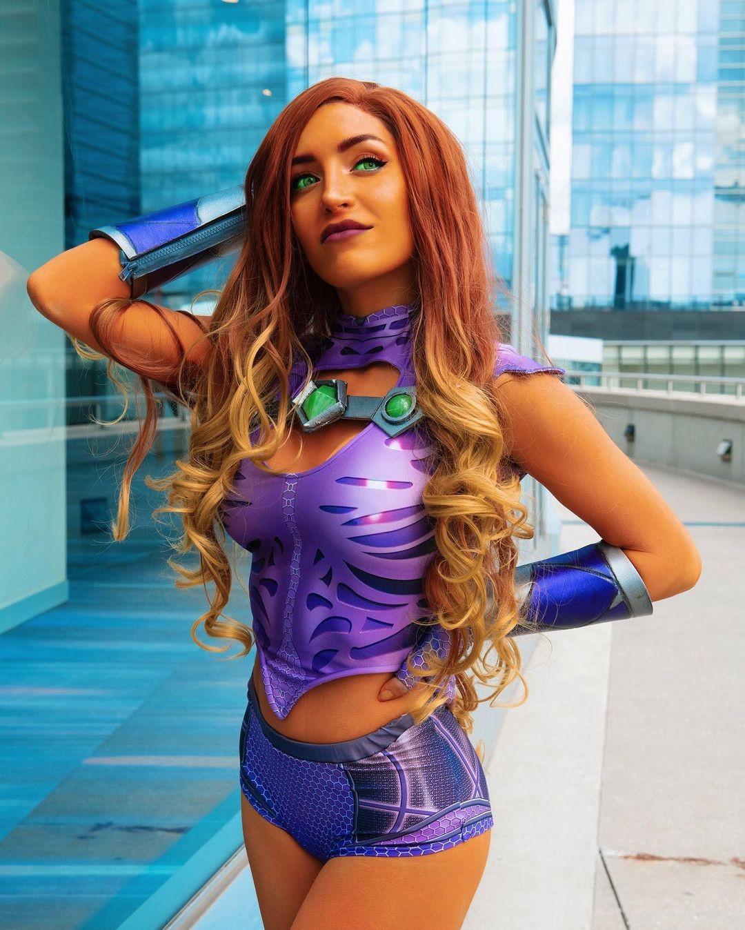 Teen Titans: Cosplayer recrea a Starfire con un atuendo de otro mundo