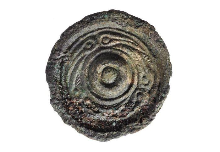 Joyas de bronce de estilo anglosajón. Originalmente era de color dorado y plateado y está hecho de latón con plomo, probablemente fue llevado al sitio como botín.