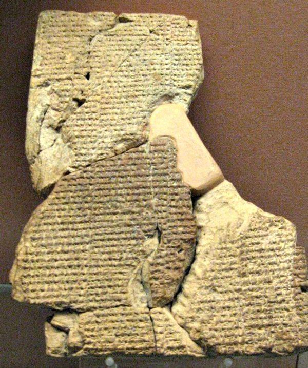 Tablilla cuneiforme en la que se encuentra escrito el Poema de Atrahasis. (Siglo XVII a. C.) Museo Británico de Londres, Inglaterra.
